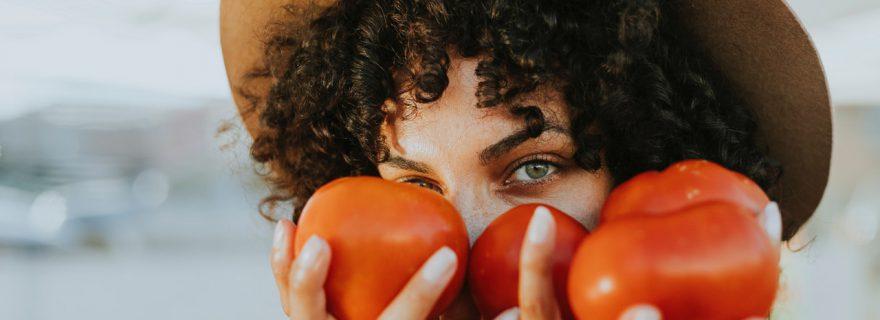 אישה עם עגבניות